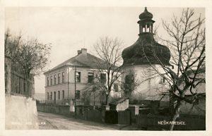 Škola (čp. 54) s kaplí sv. Jana Nepomuckého na začátku 20. století.