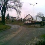 Místo návsi máme v Neškaredicích hlavní silnici mezi Čáslaví a Kutnou Horou. Tato je současně cyklostezkou.