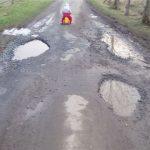 Silnice jsou udržované a ve výborném stavu. Vhodné pro traktory a zemědělské stroje.Šikovný řidič však prokličkuje i bez upadlého kola.